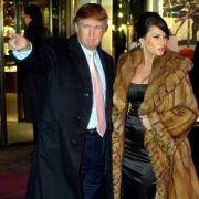 2003 musste das ehemalige Model noch nicht auf eine politisch korrekte Kleiderwahl achten. Melania Trump trägt aber auch heute noch gerne echten Pelz.