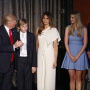Der zehnjährige Barron Trump war in der Nacht der Wahl am 8. November 2016 der heimliche und vor allem müde Star auf der Bühne. So richtig freuen konnte er sich da nicht, als sein Vater zum nächsten amerikanischen Präsidenten gewählt wurde.