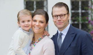 Die künftige Thronfolgerin Prinzessin Estelle mit ihren Eltern Kronprinzessin Victoria und Prinz Daniel. (Foto)