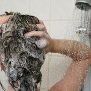 Ist Duschgel wirklich besser als Shampoo zum Haare waschen? (Foto)