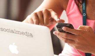 Arbeitnehmer, die einen Teil der Arbeitszeit damit verbringen, private E-Mails oder SMS zu checken, sollten vorab klären, ob der Chef damit einverstanden ist. (Foto)