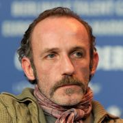 ... der, gespielt von Karl Markovics 1996 von Wien nach Salzburg versetzt wurde und künftig in seiner eigenen Serie ermitteln durfte.