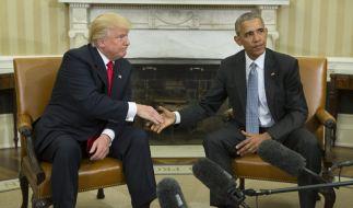 Ersten Treffen im Weißen Haus: Barack Obama und Donald Trump reichen sich die Hände. (Foto)