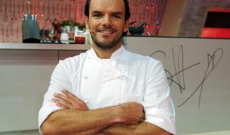 Steffen Henssler treibt den Promis in der Küche den Schweiß auf die Stirn. (Foto)