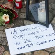Kerzen und Abschiedsbriefe erinnern an die ermordete Carolin.