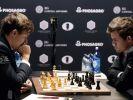 Magnus Carlsen und Sergej Karjakin im Kampf um den Titel. (Foto)