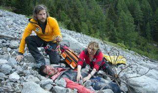 Markus und Katharina finden den abgestürzten und schwer verletzten Bergsteiger. Doch der Patient ist kein Unbekannter. (Foto)