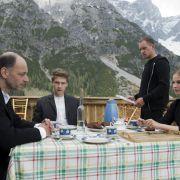 Joseph Binder erklärt seinen Kindern Marc, Philipp und Melanie, dass er den Familien-Hof verkaufen will.