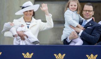 Prinzessin Victoria von Schweden mit Söhnchen Prinz Oscar und ihrem Ehemann Prinz Daniel mit Sprössling Prinzessin Estelle. (Foto)