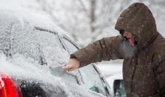 Winterpflichten: Wer vor dem Losfahren nicht gründlich kratzt, riskiert ein Bußgeld. Denn nur ein Guckloch in der Windschutzscheibe reicht nicht. (Foto)