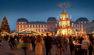 Stimmungsvolle Kulisse für den Weihnachtsmarkt: die Weihnachtspyramide vor dem Darmstädter Residenzschloss. (Foto)