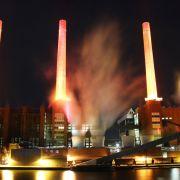 Die vier Türme des VW-Werks überstrahlen als überdimensionale Adventskerzen die ganze Stadt.