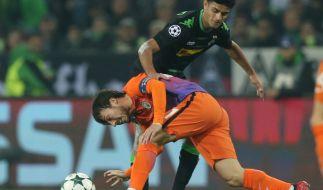 Mönchengladbachs Mahmoud Dahoud (oben) kämpft mit Manchesters David Silva um den Ball. (Foto)