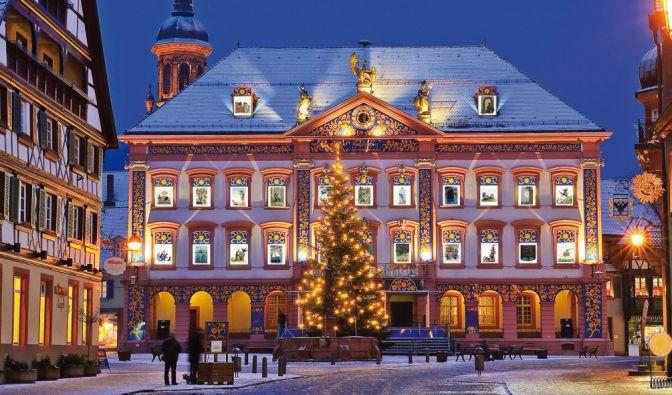 Gengenbacher Adventskalender: Vom 30. November bis zum 23. Dezember verzaubern 24 Motive die klassizistische Fassade des Rathauses. (Foto)
