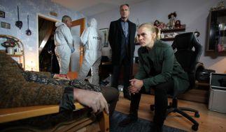 Als Helen Dorn (Anna Loos, r.) und Falk Mattheissen (Daniel Friedrich, 2.v.r.) die Schwester des Mordopfers aufsuchen, ist diese bereits tot. (Foto)