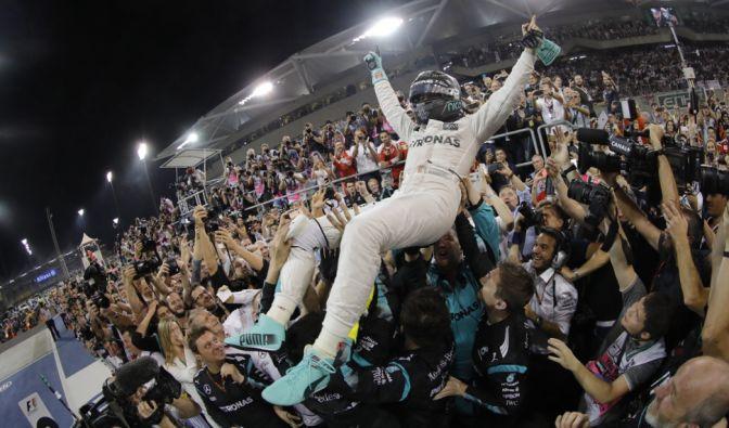 Es ist vollbracht! Nico Rosberg sicherte sich mit einem zweiten Platz beim Saisonfinale der Formel 1 in Abu Dhabi die Weltmeisterschaft! (Foto)