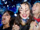 Silvester sollte man mit den guten Freunden feiern, mit denen man garantiert Spaß haben kann. (Foto)