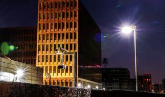 Der Neubau des Bundesnachrichtendienstes (BND) in Berlin, gesichert durch zahlreiche Lampen, Überwachungskameras und Zäune. (Foto)