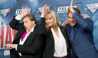 """Oliver Kalkofe (links) und Peter Rütten (rechts), hier mit Hollywood-Star Bo Derek, versüßen Trash-Film-Fans den Dezember mit neuen Filmhäppchen in der Reihe """"SchleFaZ - Die schlechtesten Filme aller Zeiten"""" bei Tele 5. (Foto)"""