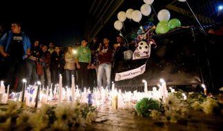 In Bogota, Kolumbien, fanden sich Menschen ein, um der Opfer des Flugzeugabsturzes zu gedenken. (Foto)