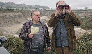 Kluftinger (Herbert Knaup, re.) klärt Hefele (Jockel Tschiersch) über seine Ermittlungen auf. (Foto)