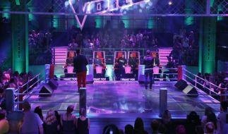 Auf der Bühne müssen die Teilnehmer die Coaches überzeugen. (Foto)