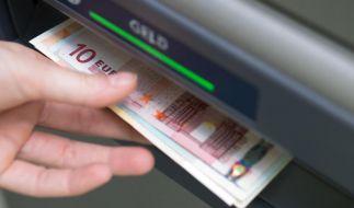 Geld her: Bei vielen Automaten kostet das Abheben extra. Die Gebühren variieren, werden aber im Laufe des Vorgangs angezeigt. (Foto)