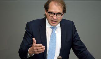 Verkehrsminister Dobrindt plant bei der Einführung der Pkw-Maut Steuerentlastungen für saubere Autos. (Foto)