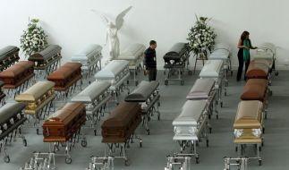 Vorbereitungen für die Totenwache: Die Särge der Opfer des Flugzeugunglücks in Medellin, Kolumbien, am 1. Dezember. (Foto)