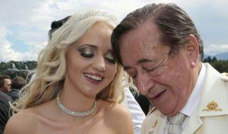 Ein Bild aus guten Tagen: Richard Lugner und seine Cathy feiern am 1. August 2014 in der Hochzeitskappelle des Casino Velden am Wörthersee, Kärnten (Österreich) ihre Verlobung. (Foto)
