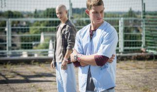 """Für Leo (Tim Oliver Schultz, l.) und Jonas (Damian Hardung) gibt es zum Finale der 2. Staffel von """"Club der roten Bänder"""" dramatische Ereignisse zu verarbeiten. (Foto)"""