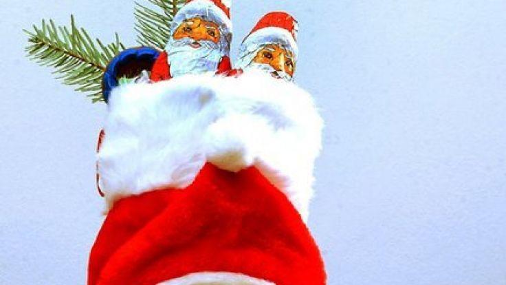 Ein mit Süßigkeiten gefüllter und mit Tannengrün geschmückter Nikolausstiefel.