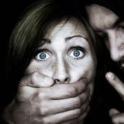 Frau (27) in U-Bahn von Sex-Strolchen überfallen und gewürgt (Foto)