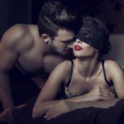 Viele sehnen sich zu Weihnachten nach Zweisamkeit. Frauen wünschen sich zu dieser Zeit aber vor allem Kuschel-Sex.