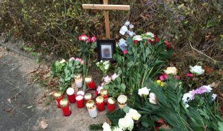 Am Straßenrand gedachten Freunde und Bekannte der Toten. (Foto)