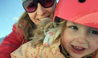 Anni Friesinger-Postma mit ihrer Tochter Elisabeth. (Foto)