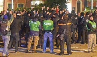 Polizisten blockieren am Kornmarkt in Bautzen am 7. Oktober rechtsradikale Demonstranten. Seit dem Brand einer geplanten Flüchtlingsunterkunft und der Jagd auf Flüchtlinge durch Rechtsextreme steht Bautzen im Mittelpunkt der medialen Berichterstattung. (Foto)