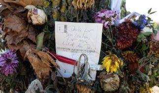 Blumen an einem Baum in Freiburg, wo eine 19-jährige Studentin getötet worden ist. (Foto)