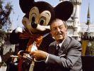 Walt Disney mit seiner wohl bekanntesten Schöpfung Micky Mouse. (Foto)
