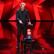 Puppenspieler Alex Mihajlovski mit Puppe Barti kommen aus Kopenhagen. Er betreibt seine Kunst professionell.
