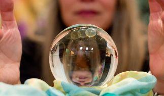 Der Blick in die Kristallkugel war laut einer Skeptiker-Vereinigung in diesem Jahr eher mangelhaft. (Foto)
