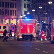 Rettungskräfte treffen am Tatort ein.
