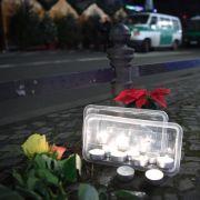 Mit Blumen den Toten gedenken.