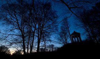 Im Englischen Garten in München ist eine Joggerin brutal überfallen und vergewaltigt worden. (Symbolbild) (Foto)