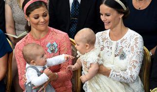 Der kleine Prinz Oscar von Prinzessin Victoria von Schweden (links) hat im März 2016 das Licht der Welt erblickt. (Foto)