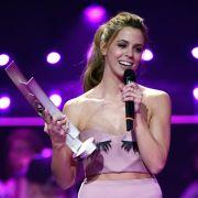 Bei der Echo-Verleihung setzte Vanessa Mai ihre weiblichen Vorzüge mit einem Augenzwinkern in Szene.