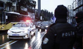 Türkische Polizisten sperren am 01.01.2017 eine Straße zu einem Nachtclub in Istanbul ab, in dem es in der Silvesternacht bei einem Terrorangriff mindestens 35 Tote gab. (Foto)