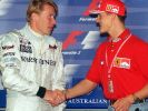 Der damals amtierende finnische Formel-1-Weltmeister Mika Häkkinen (links) und sein deutscher Rivale Michael Schumacher am 03. März 1999. (Foto)