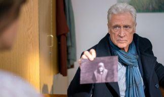 Theo Clüver (Robert Atzorn) befragt die Putzfrau Jamila (Carolina Vera). (Foto)