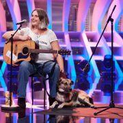 Nicolette Firchal und ihr Hund Arames (5): Eine 35-jährige Straßenmusikerin aus Düren. Sie singt
